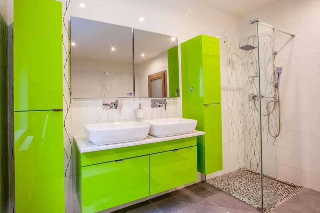 Moderní koupelna se sprchovým koutem