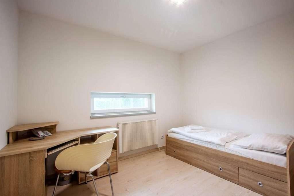 Malá ložnice s pracovním stolem