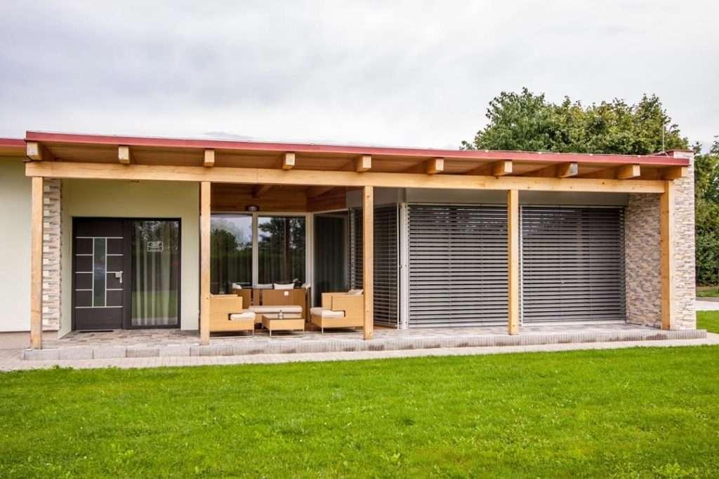 Samostatný bungalov posezení na terase